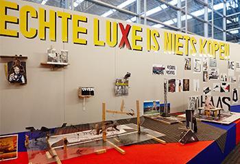 Erik van Lieshout, Echte luxe is niets kopen, 2015, collectie Stedelijk Museum Amsterdam. Schenking Erik van Lieshout, Rotterdam, 2016. Beeld: Installatie aanzicht 'The Bottom Line', SMAK Ghent, 2015.