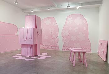 Lily van der Stokker, Huh (installation view, Koenig & Clinton, New York), 2014, eigendom van de kunstenaar en Koenig & Clinton, Brooklyn. Beeld: Jeffrey Sturges, Brooklyn.