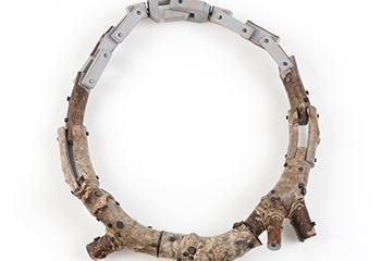 """Terhi Tolvanen, """"Chaine Grise"""" (2010), notenhout en zilververf. Beeld: CODA collectie."""
