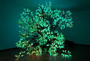 "Studio Drift, ""Tree of Ténéré"" (2017), gemaakt van o.a. staal, verf, ledlampen en electronica."