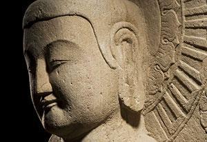 Staande Boeddha, China, Noordelijke Wei-dynastie, eind 5de – begin 6de eeuw, Zandsteen, Collectie Ben Janssens Oriental Art, Londen.