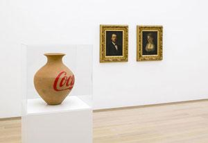 Ai Weiwei, Coca Cola Vase (2015). Hans-Peter Feldmann, Man and Woman with Red Nose (2013) Beeld: Antoine van Kaam.