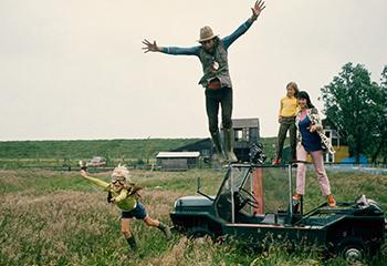 Ed van der Elsken springt van zijn 'Mini Moke' tijdens opnamen van 'De verliefde camera', Edam (1970) © Ed van der Elsken / Nederlands Fotomuseum, courtesy Annet Gelink Gallery