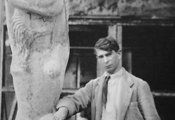 Ossip Zadkine met zijn Femme a Loiseau op de binnenplaats van zijn atelier aan de Rue D'assas 100 in Parijs. Ca. 1930. Foto: Marc Vaux