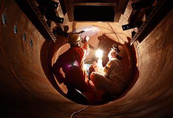 Foto: Lloyd's Register. Surveyors inspecteren lasnaad in een stoomketel.