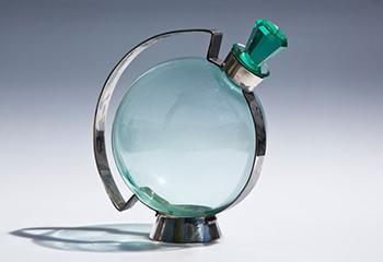 """Andries Dirk Copier, """"Likeurkaraf"""" (1930), glas en verzilverd metaal. Beeld: Sylvia Gentenaar"""
