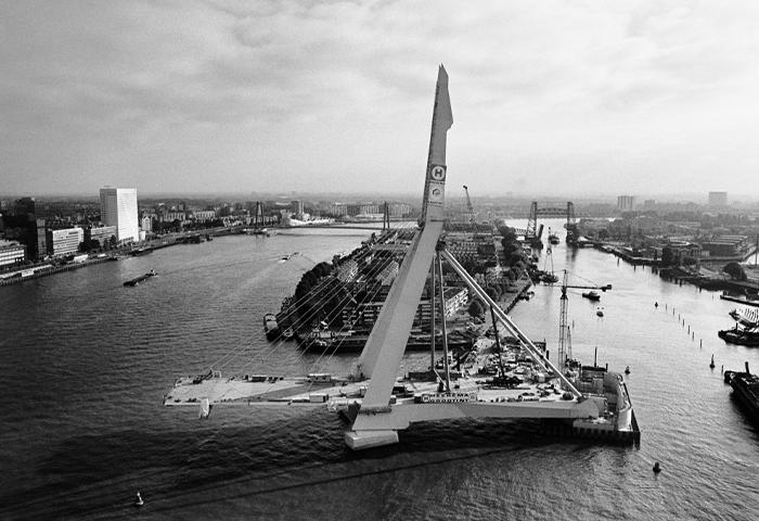 Bouw Erasmusbrug, Rotterdam, 1995 © Hajo Piebenga / Nederlands Fotomuseum